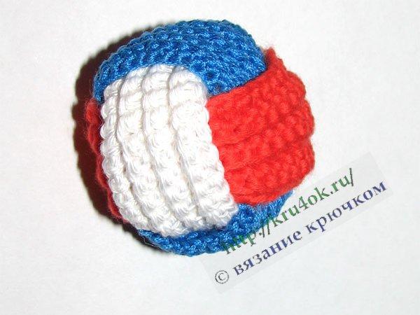 Трехцветный мячик, связанный крючком.