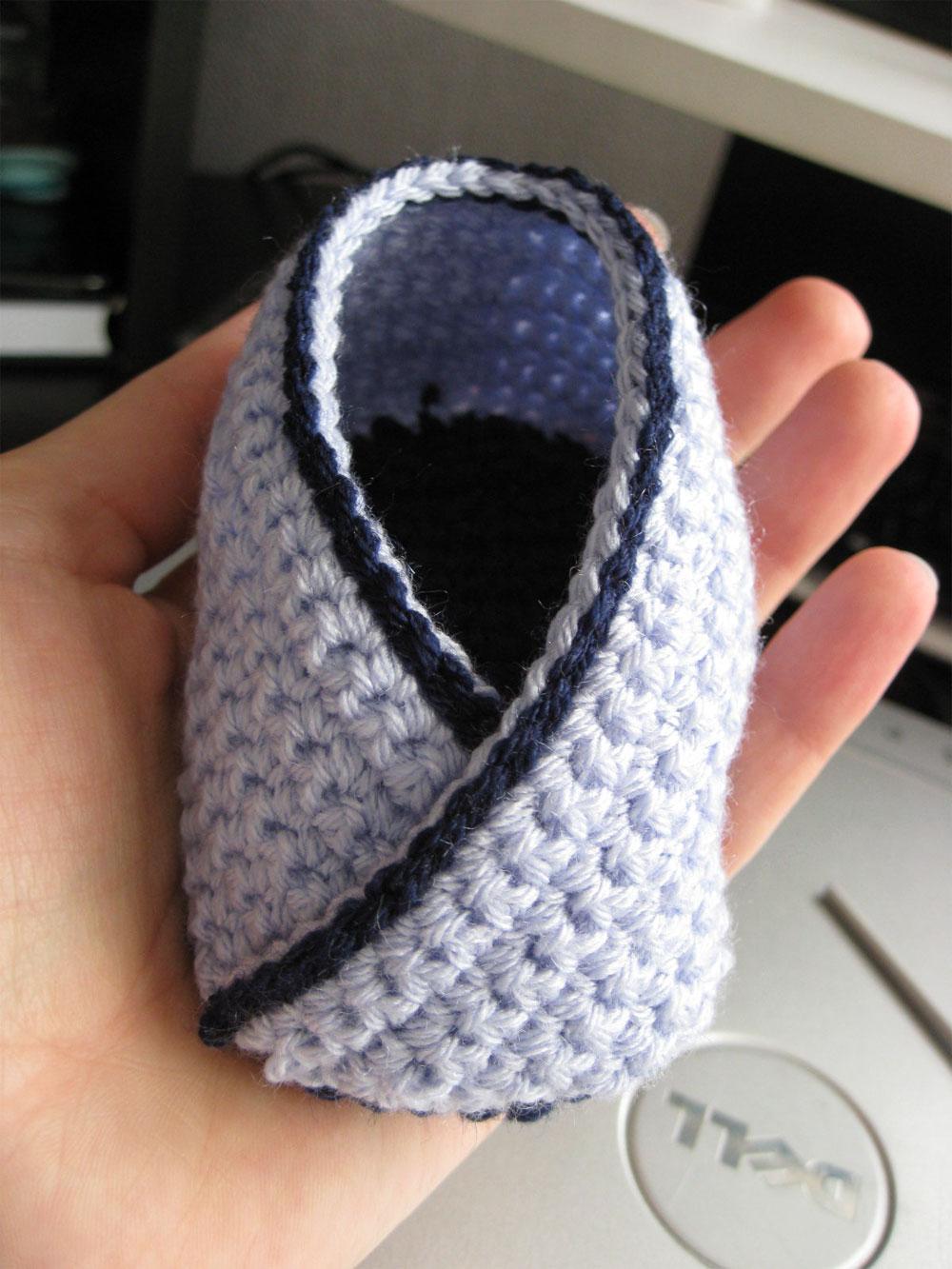 С одной стороны туфельки пришиваем цветочек, с другой стороны привязываем цепочку зелёного цвета таким же образом...