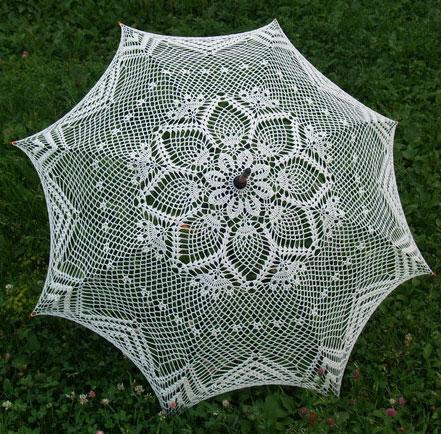 зонтом от дождя и солнца.