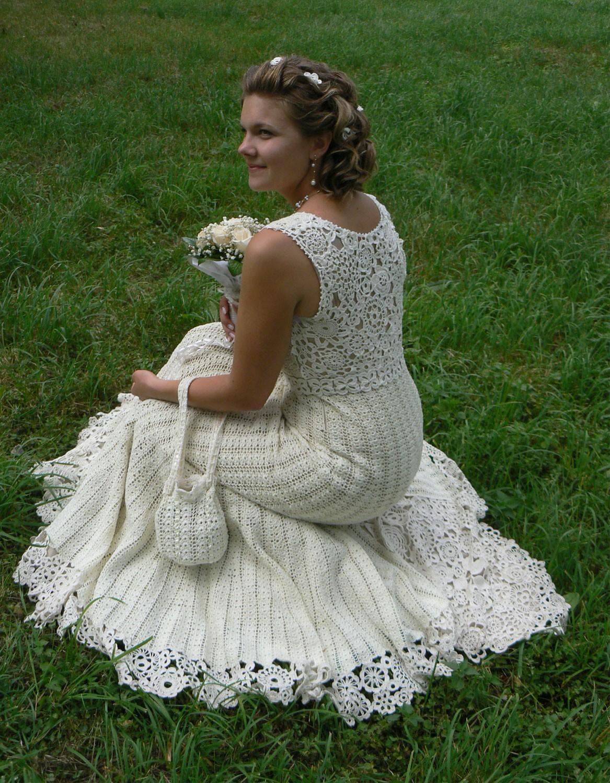 Вязаное крючком свадебное платье.