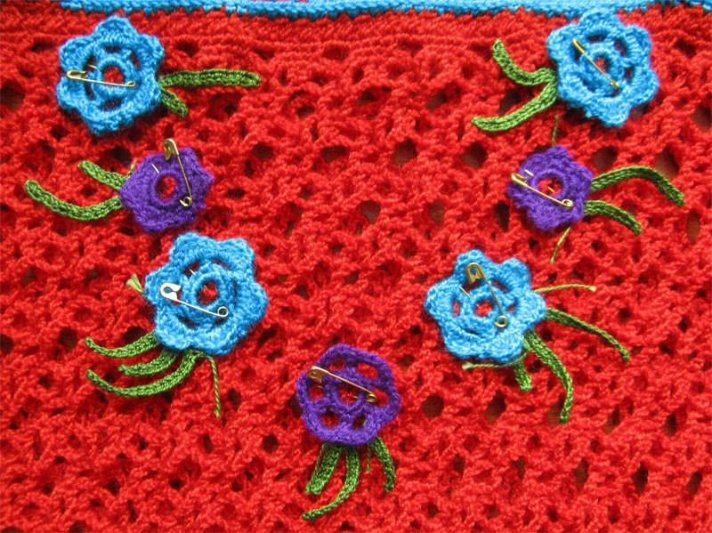 Вязаные платья и сарафаны крючком - это зачастую очень нарядные, ажурные и женственные модели.