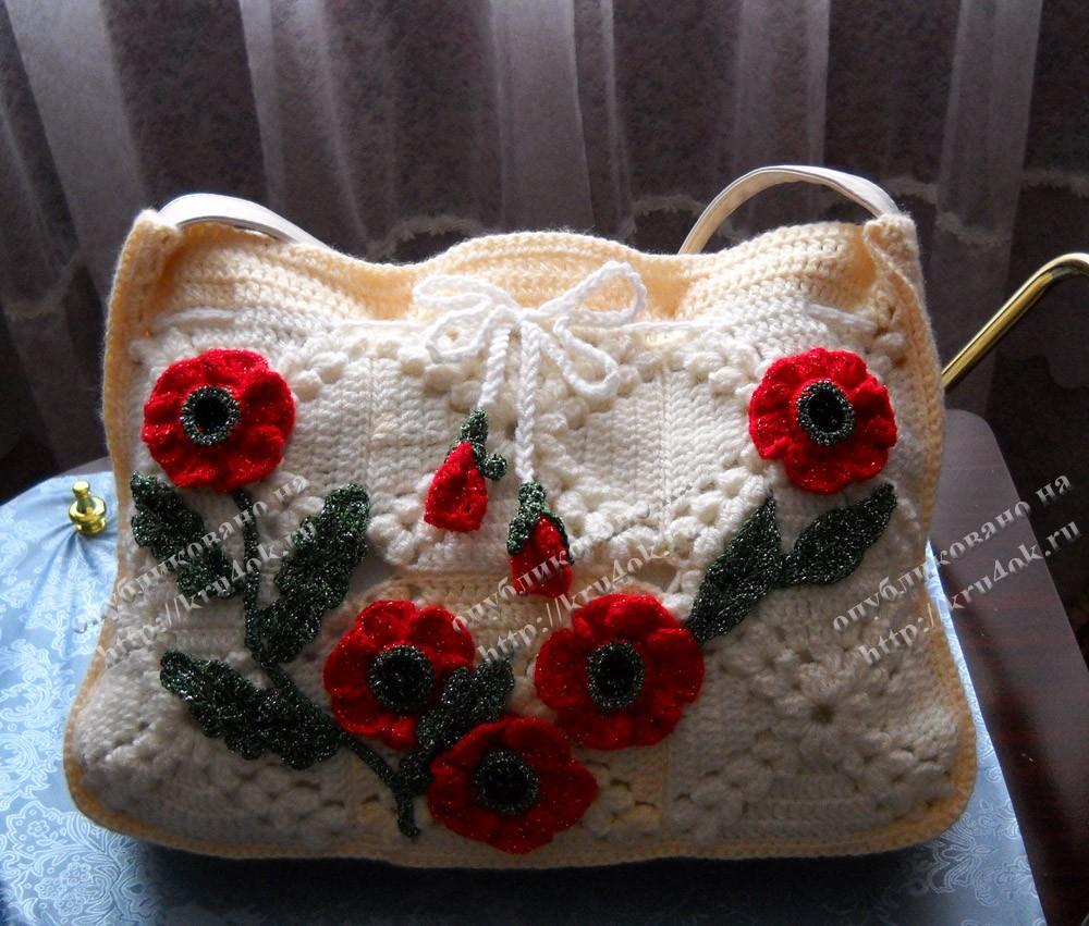 Вязаная сумка, украшенная маками.