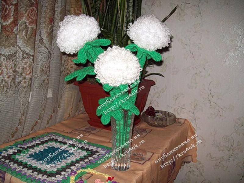 вязаные крючком цветы в вазе.