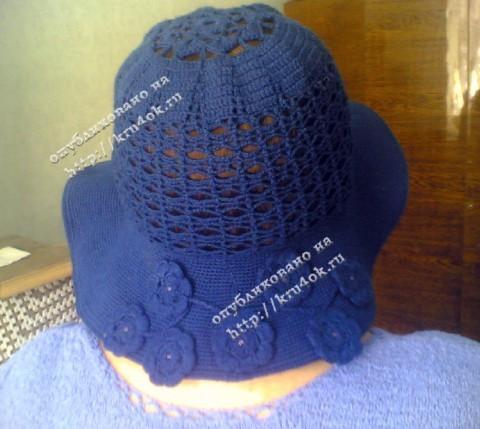 Синяя шляпа, связанная крючком.