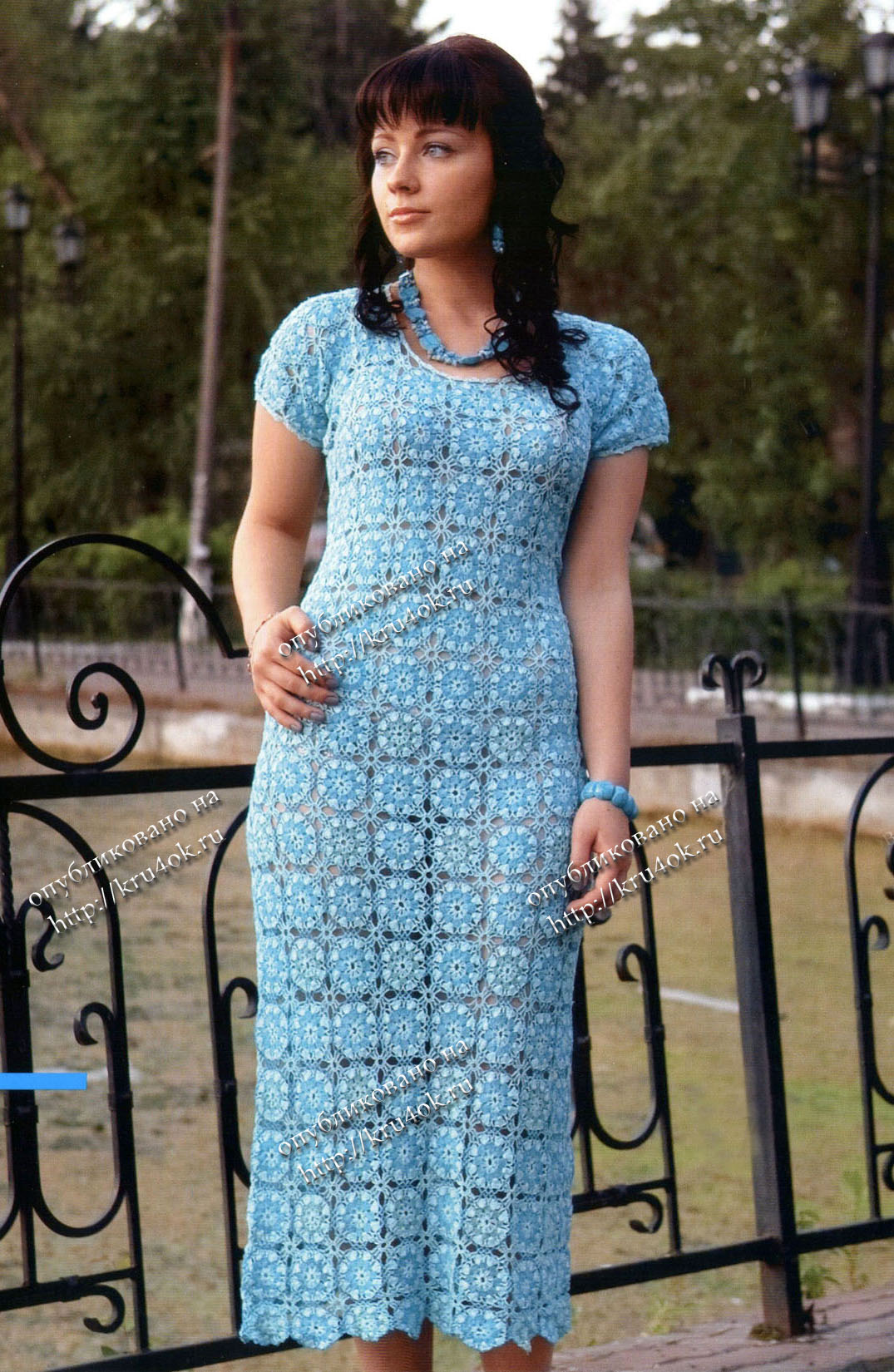 Бело-голубое вязаное платье