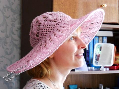 розовая шляпа, связанная крючком
