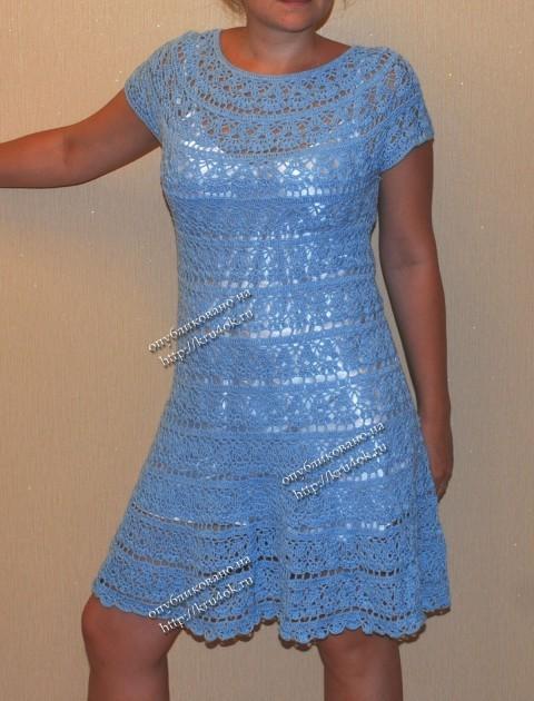 Голубое платье с круглой кокеткой связанное крючком