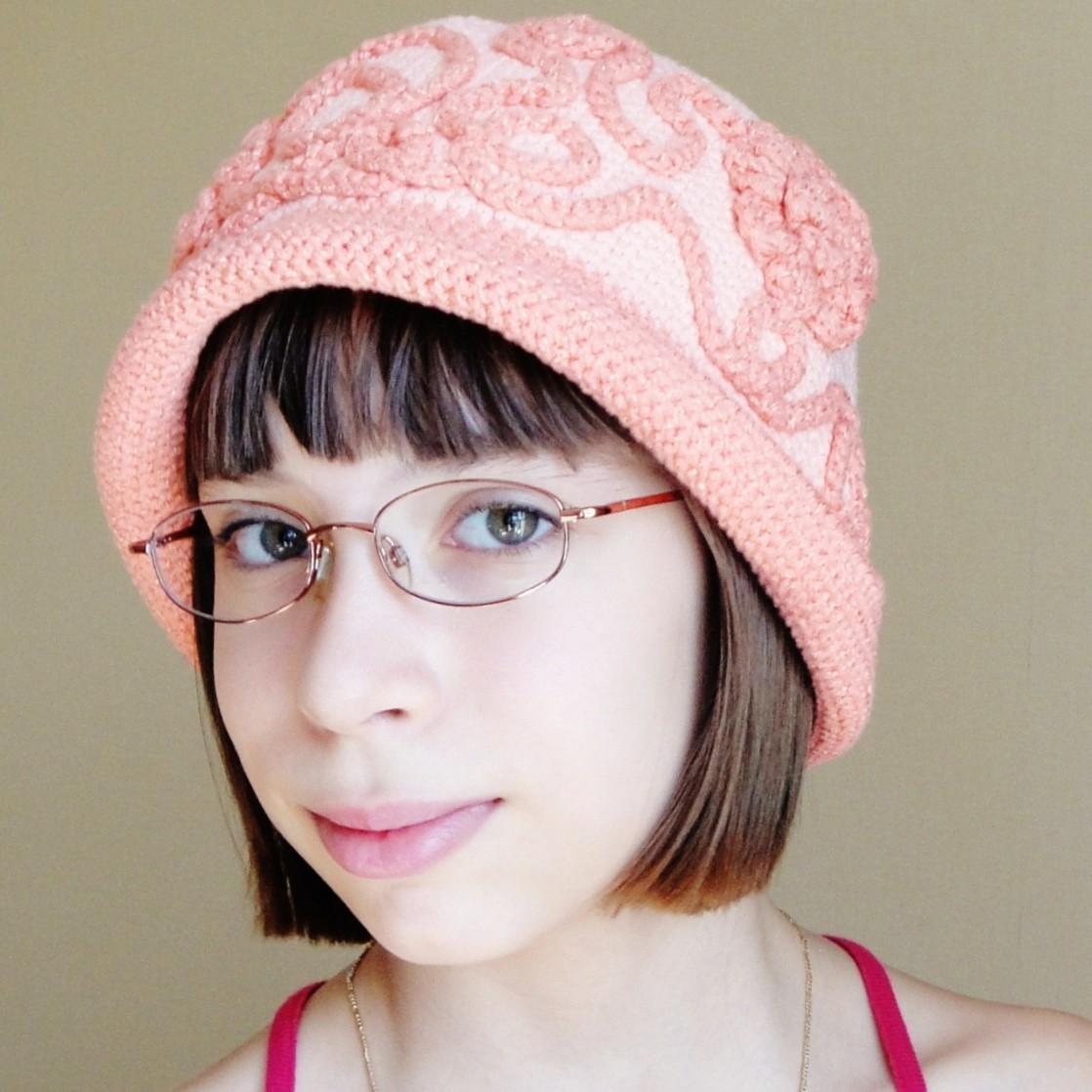Известно, что женщинам и девушкам, носящим очки очень трудно подобрать вязаную шапку.  Но в условиях нашей суровой...