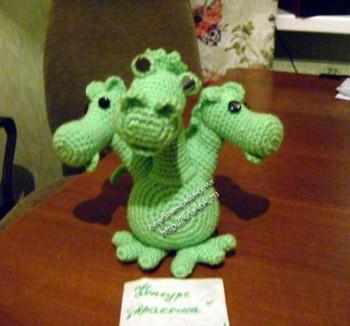 игрушка дракон, связанная крючком
