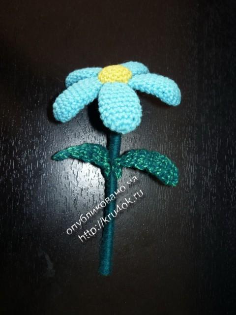 Маленький цветок.  Связать 3 маленьких цветочка по схеме, соединить их в букет и закрепить на проволоке.