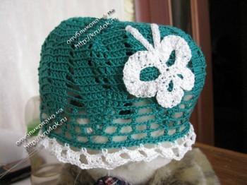 Зеленая панамка для девочки, связанная крючком