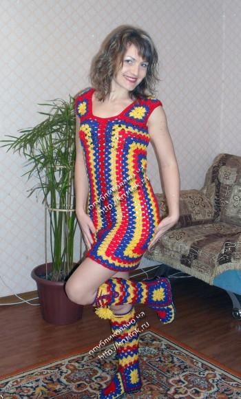Разноцветное платье из квадратных мотивов связанное крючком