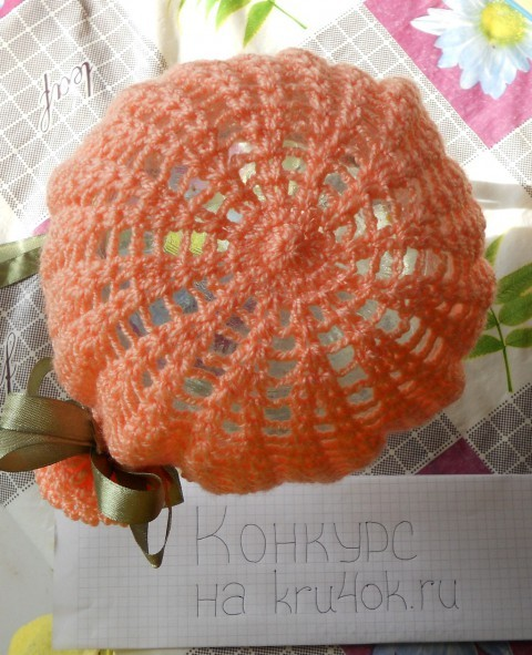 Летняя шапочка с цветком связанная крючком