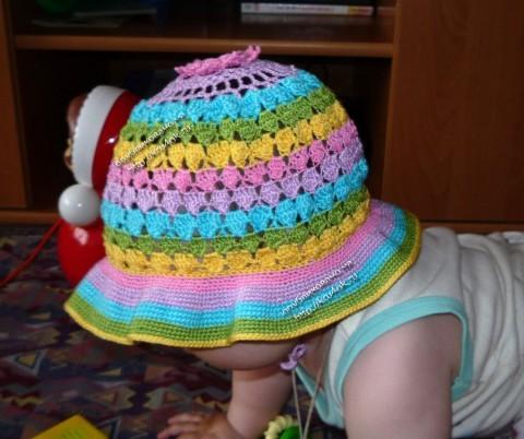 Разноцветная шапочка для девочки связанная крючком