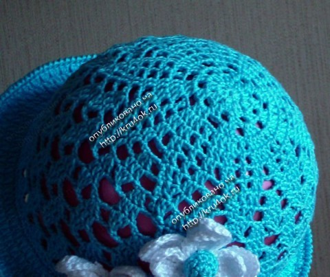 Голубая шапочка для дочки связанная крючком