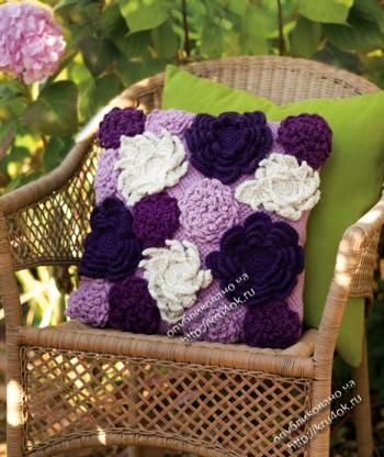 Подушка связанная крючком и украшенная цветами