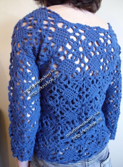 Синяя кофточка из мотивов связанная крючком