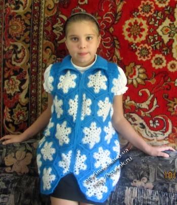 фото вязаной жилетки для девочки