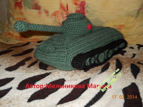 Вязаная крючком игрушка танк