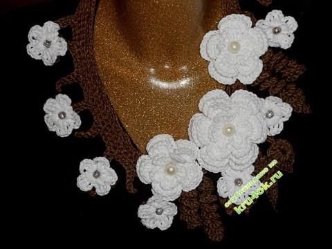 Вязаное крючком украшение на шею