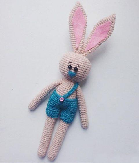 Заяц в шортах крючком