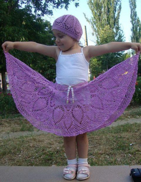 Комплект из ажурного берета и юбочки для девочки