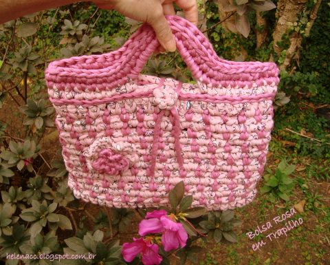 Розовая трикотажная сумка крючком