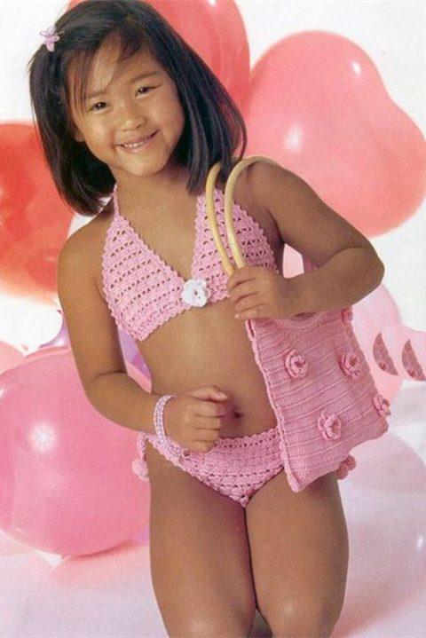 Пляжный вариант для девочки: купальниккрючкомс сумочкой