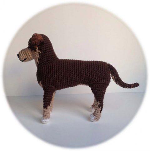 Собака типа овчарки, связана крючком