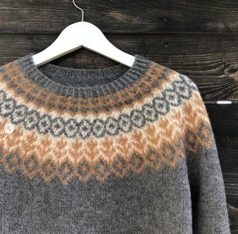 Жаккардовый свитер спицами