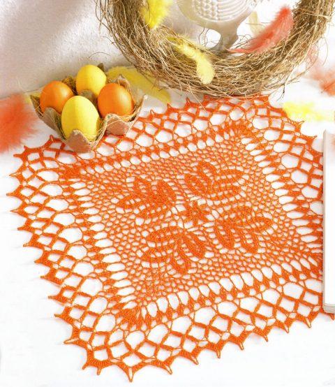 Оранжевая квадратная салфетка, связанная крючком