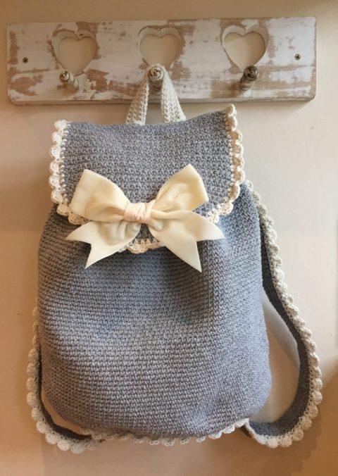 Серый рюкзак крючком