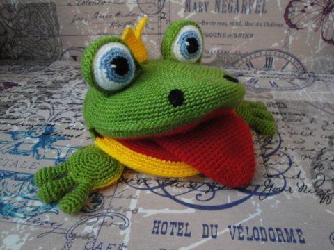 Вяжем развивающую игрушку лягушку крючком