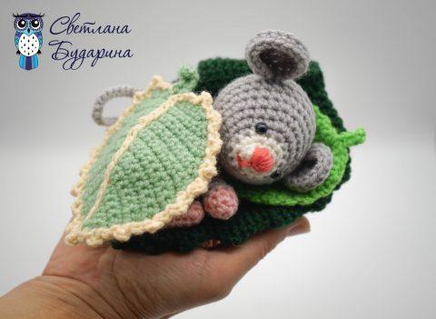 Схема вязания игрушки Маленькая мышь на листике