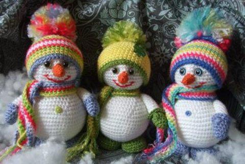 Снеговик в шапочке и варежках