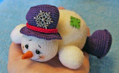 Вязаный крючком веселый снеговик