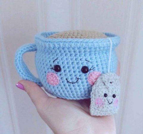 Чашка с пакетиком чая, игольница крючком