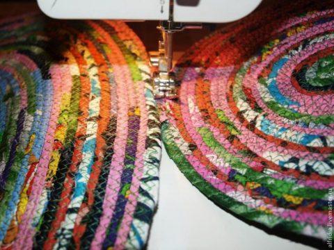 Как сшить деревенский коврик из старых вещей