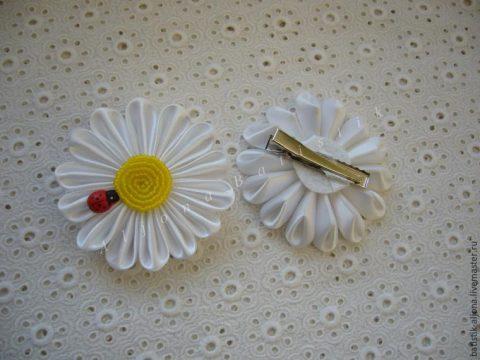 Создаем цветок ромашку из атласных лент своими руками
