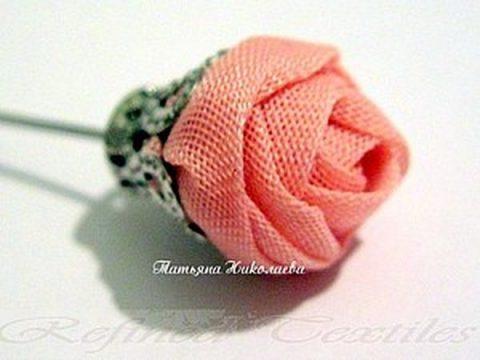 Очень простая роза на штифте из лент