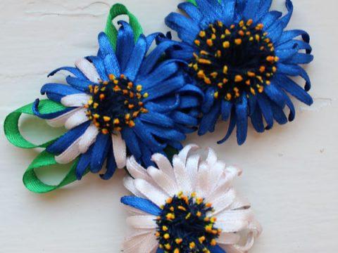 Голубые герберы из атласных лент