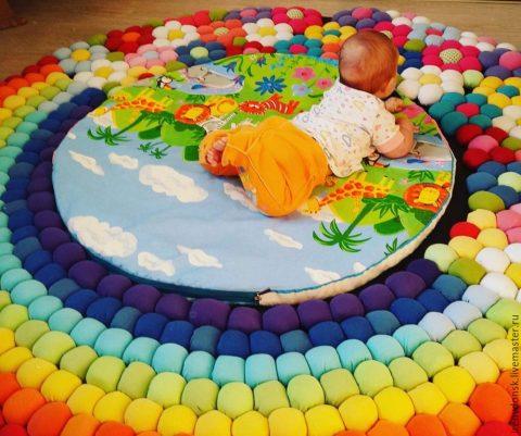 Как изготовить мягкий коврик из старой одежды
