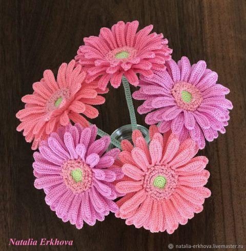 Реалистичные цветы герберы, связанные крючком