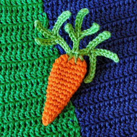 Брошь крючком морковка