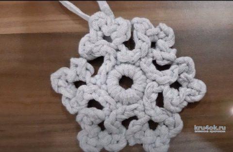 Снежинка крючком из трикотажной пряжи, видео-урок вязание и схемы вязания
