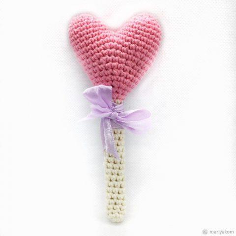 Как использовать вязанные крючком объемные сердечки: