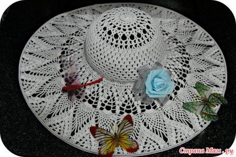 Красивая шляпа с широкими полями крючком