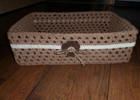 Прямоугольная корзинка, связанная из джута