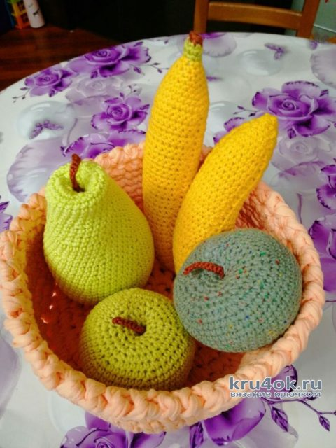 Вязанная крючком еда - корзина с фруктами. Работа Светланы