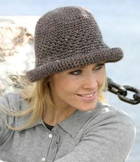 Теплая шляпка крючком с небольшими полями